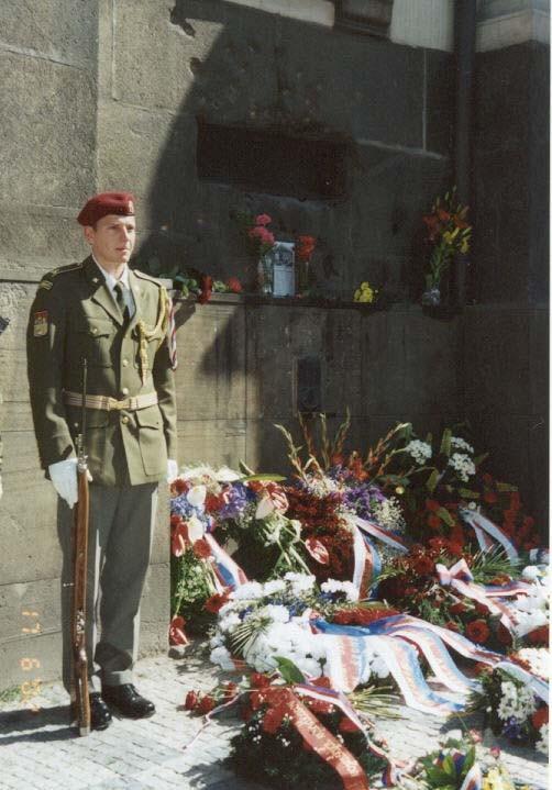 Čestnú stráž pod pamätnou doskou nad oblokom krypty chrámu Cyrila a Metoděje na Resslovej ulici v Prahe dňa 18. 6. 2002 stála čestná stráž v historických aj súčasných rovnošatách jednotiek ČR.