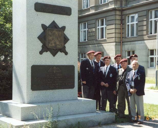 Časť kolegov z KVV ČR a KVV SR  pri pamätníku parašutistov na Technickej ulici v Prahe 18.6.02