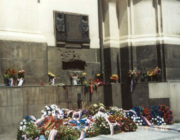 Vence a kvety pod pamätnou doskou na miestom posledného boja parašutistov 18. 6. 1942