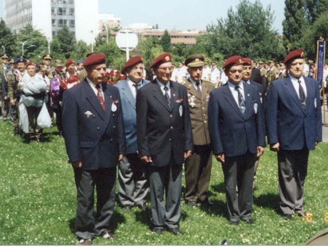 Delegácie KVV ČR A KVV SR pred kladením vencov k pamätníku parašutistov  na Technickej ulici