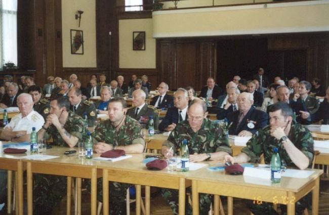 Pohľad na delegácie Spojeného kráľovstva a Slovenska v pravej časti sály MO ČR Na Valech
