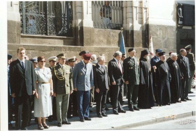 Čestní hostia a predstavitelia jednotlivých delegácií po položení vencov a kvetov k pamätnej doske