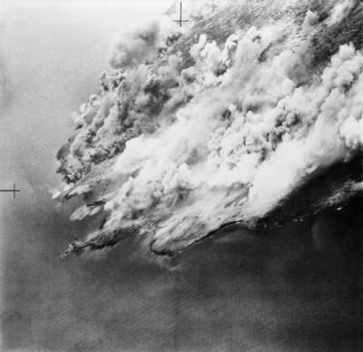 Dým vznášející se nad Pantellerií po bombardování; Zdroj/Source: https://www.iwm.org.uk/collections/item/object/205022391, © IWM