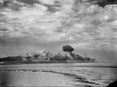 Námořní bombardování přístavu; Zdroj/Source: https://www.iwm.org.uk/collections/item/object/205186482, © IWM