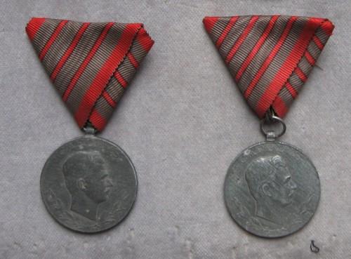 Medaila za tri a štyri zranenia. [foto: Ivan Chudý]