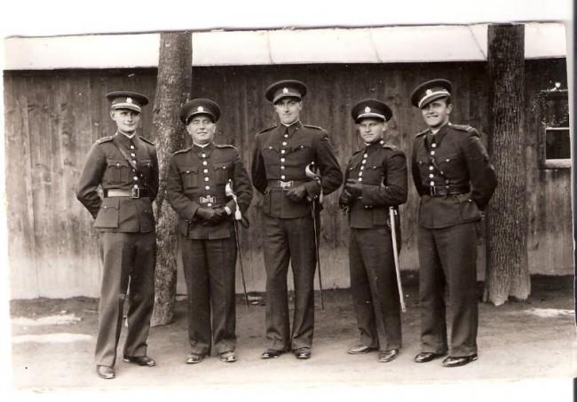 Četař délesloužící Stanislav Kuča zcela vlevo spolu s několika důstojníky DP 11 1936 nebo 1937