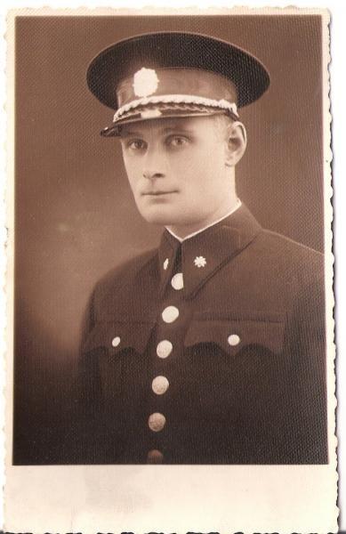 1938 - Již v policejní uniformě.