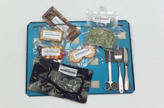 Vakuované balíčky kosmické stravy s jídelními potrebani