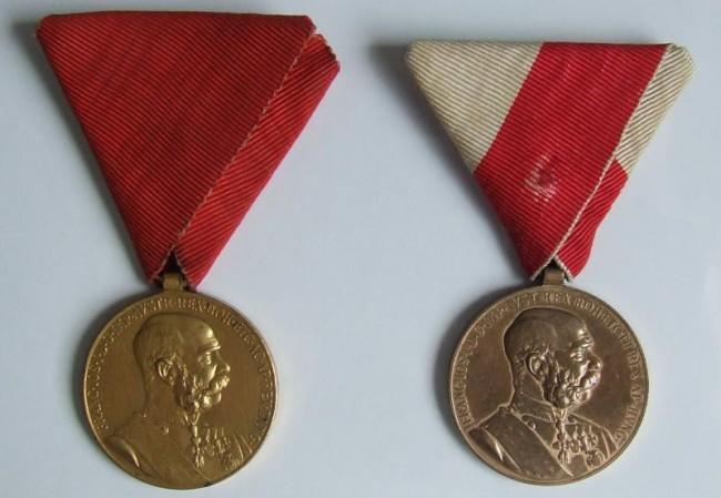 Jubilejná pamätná medaila (<em>vľavo vojenská verzia</em>). Jubilejná pamätná medaila (<em>vpravo civilná  verzia</em>) - averz [foto: Ivan Chudý]