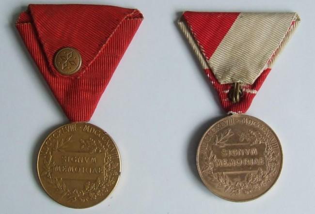 Jubilejná pamätná medaila (<em>vľavo vojenská verzia</em>). Jubilejná pamätná medaila (<em>vpravo civilná  verzia</em>) - reverz [foto: Ivan Chudý]