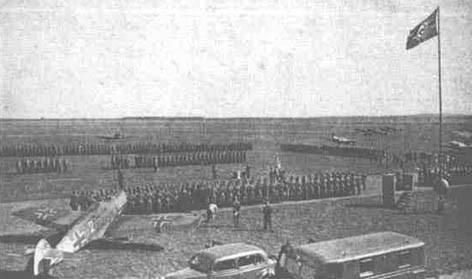 Slávnostný nástup jednotky v Mošne, po príchode 1./Escuadrilla Azul na východnú frontu