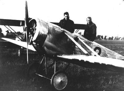 Vítězná posádka (v předním prostoru cestující Koch, v zadním pilot Munzar) v letadle