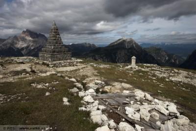 obr. 13 - Pomník básníka Carducciho a pomník majora Angela Bosiho