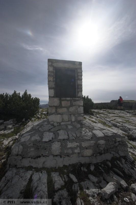 obr. 19 - Pamětní deska věnovaná všem bojovníkům na Monte Pianu