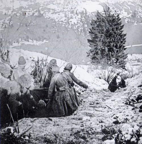 Transport raneneho ruskeho vojaka v Karpatoch 1915