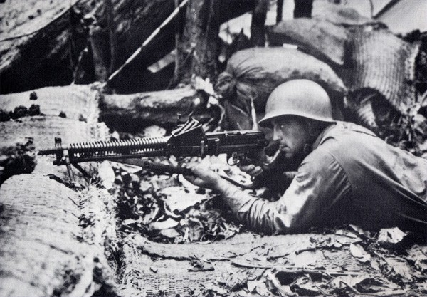 Americký kulometčík na bojovém stanovišti, Guadalcanal, srpen 1942