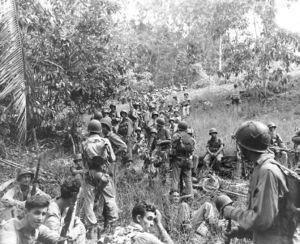 námořní pěšáci při přesunu na Guadalcanalu